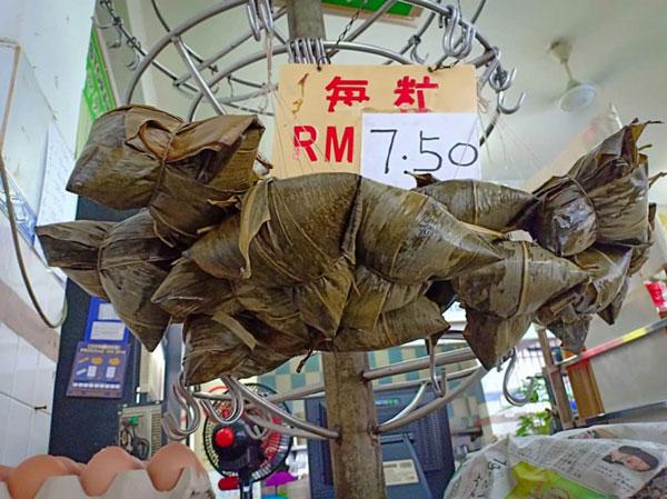 大粒及材料十足的1粒粽子,卖价7令吉50仙。
