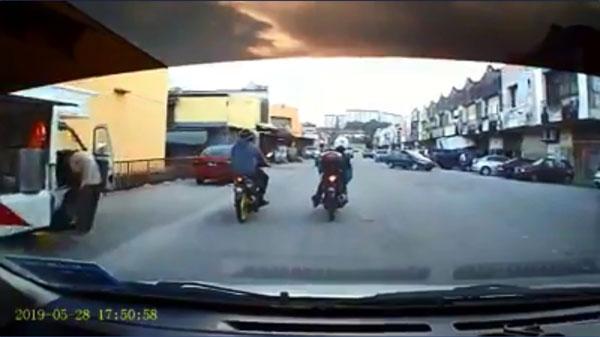 2名摩哆骑士边行驶边聊天,遭后方的华裔司机鸣笛后超车。