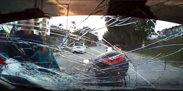 2名摩哆骑士一路尾随华裔司机,途中鲁莽截停对方后,竟拿起头盔打爆轿车挡风玻璃。