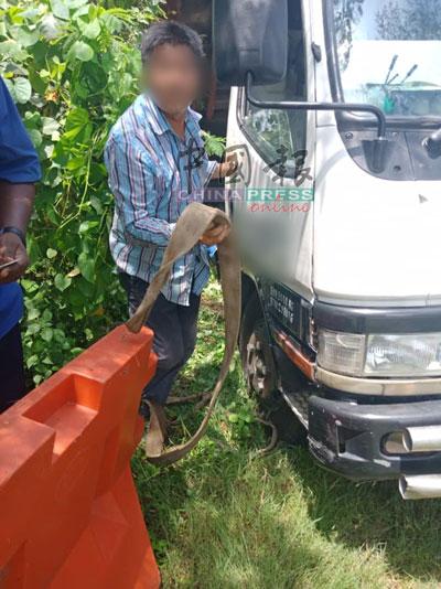 华裔司机将罗厘上的建筑废料,非法倒在州政府地段。