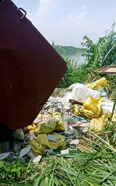 该罗厘司机是为一间建筑承包商处理建筑废料。