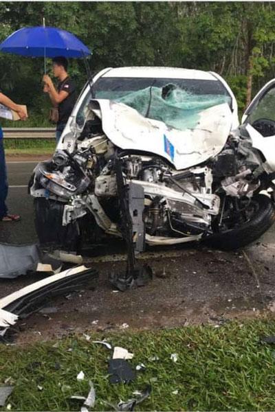国产车头被撞得毁坏不堪,车窗几乎破裂,相信发生碰撞时相当猛烈。