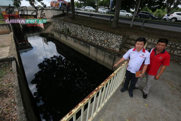 玛琳中小型工业通往玛琳河的沟水呈黑色。