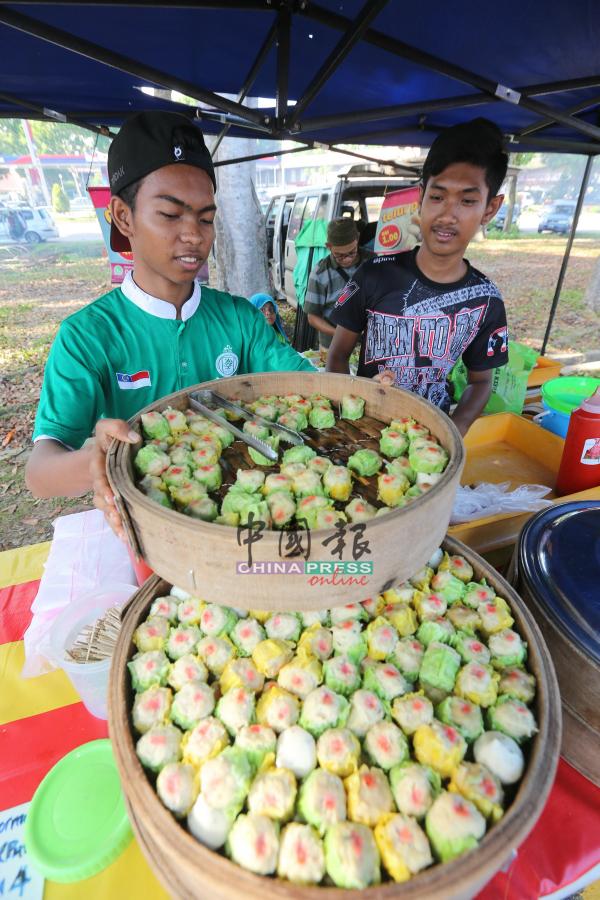 """马来同胞也售卖中华传统美食""""烧卖""""。"""