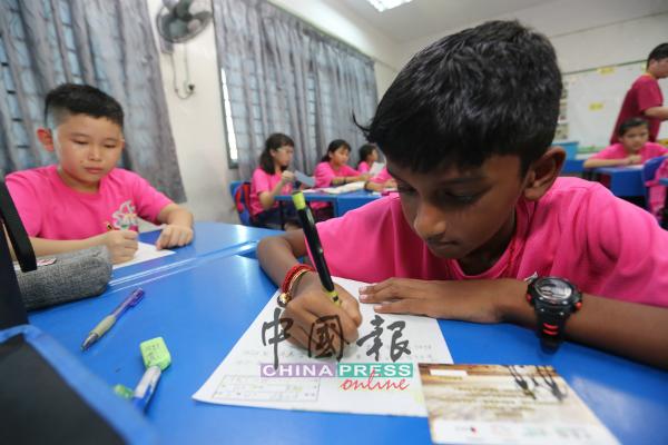 印裔营员参与写作康乐营,体会写作乐趣。
