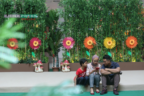 英雄广场以花园设计为主打迎接开斋节,主要大厅都是花束陪伴。