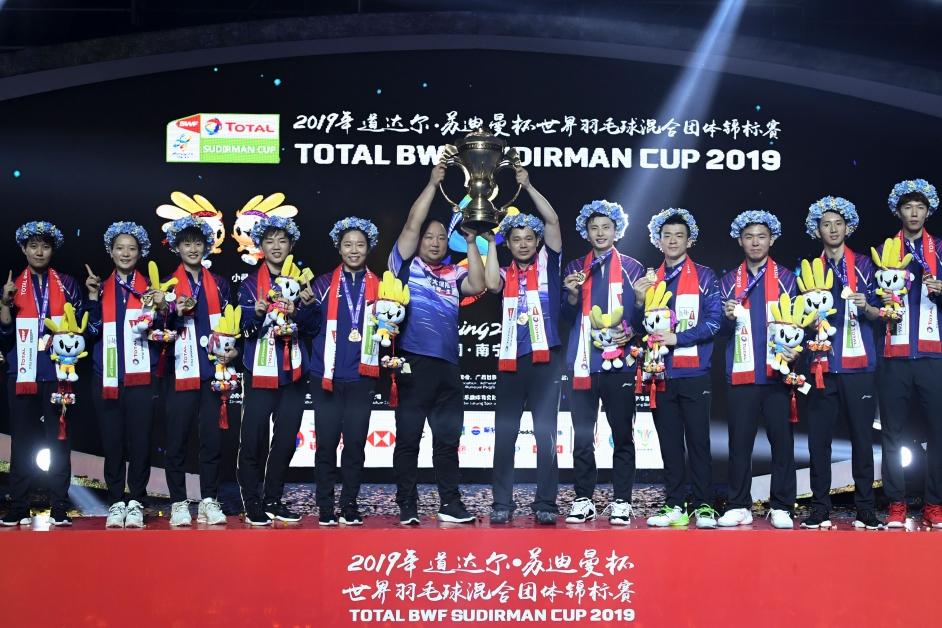 中国第11度夺得苏杯冠军,实至名归。张军(中)与夏宣泽一起捧起苏迪曼杯。(法新社)(新华社)