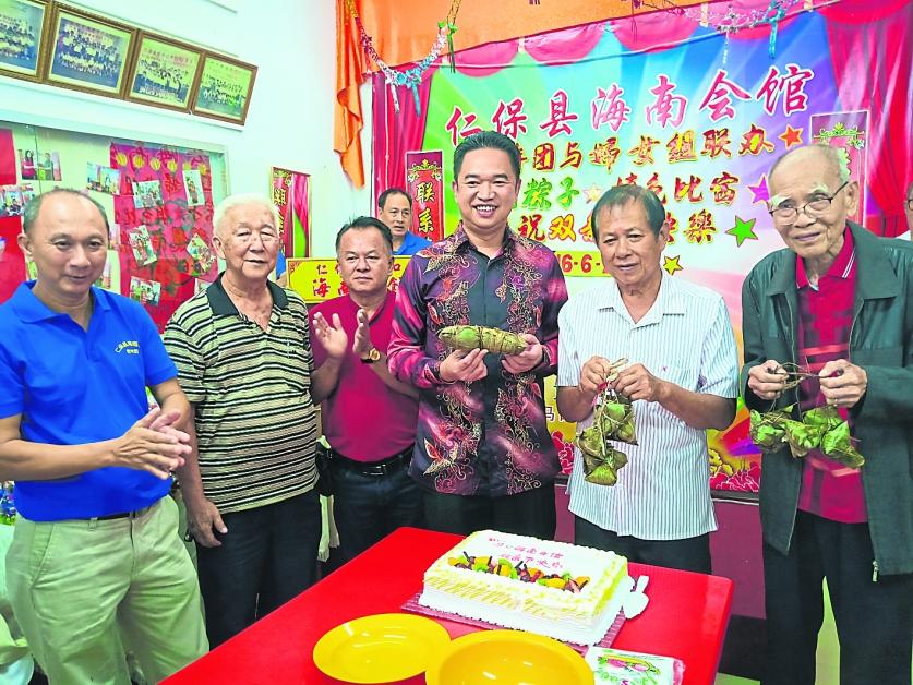 何子浩(左起),史克柳、张聒翔、符明光与理事们进行切蛋糕仪式。