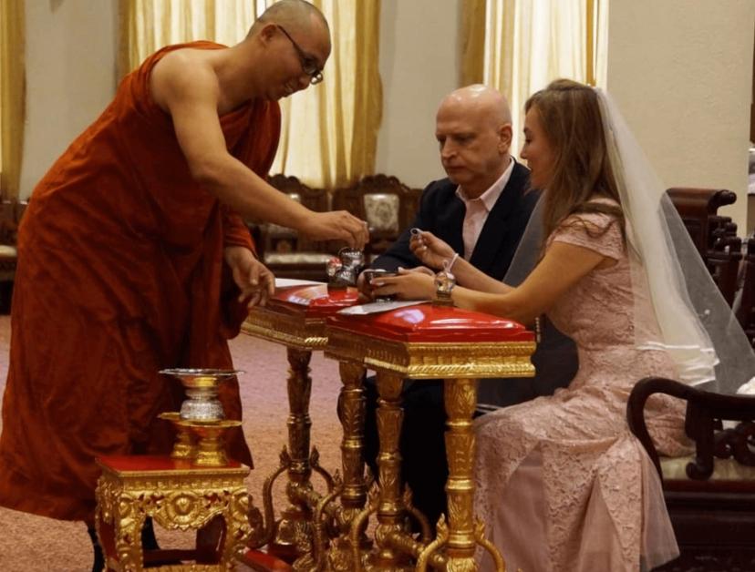 翁静晶与Sean在僧侣见证下交换戒指。