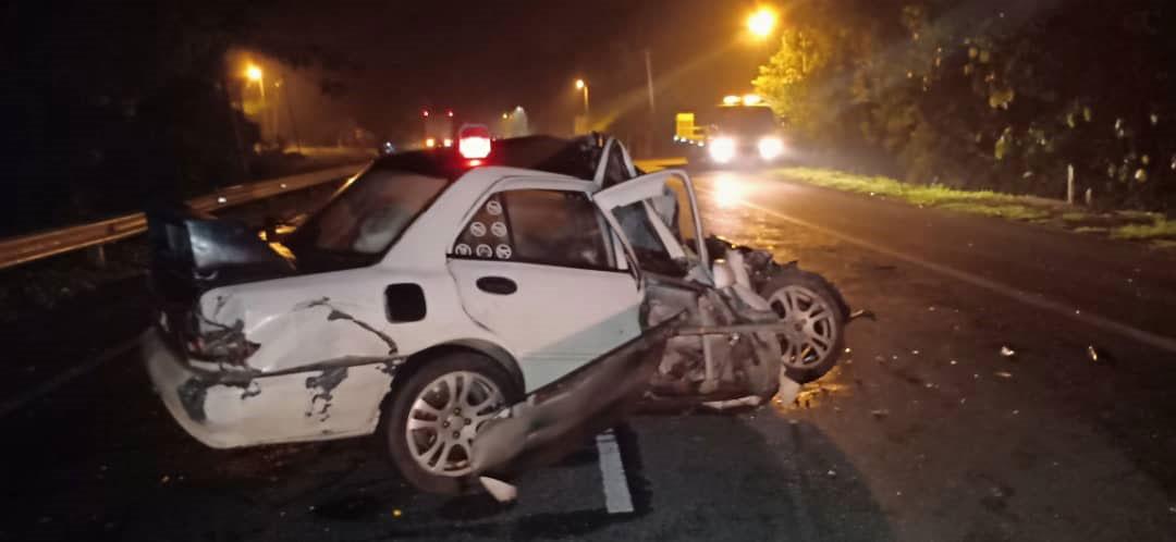 意外发生后,轿车车头严重损毁。(图片取自劳勿消拯局面书)