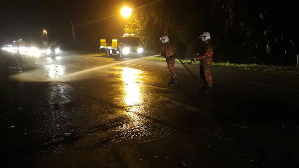 消拯员清洗路面的油渍。(图片取自劳勿消拯局面书)