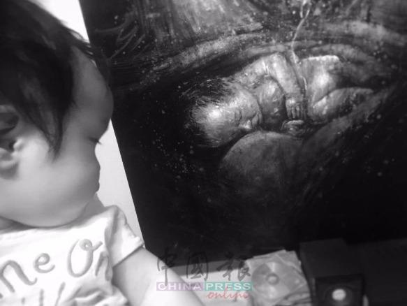 女儿与画作,陈镒森将陪伴太太生产过程的深刻感受,画成《生之颂》系列作品。