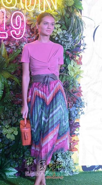 百褶裙的时尚设计感永不落伍,V字型摺叠设计有助于显瘦,感觉清新,尽显温柔浪漫。