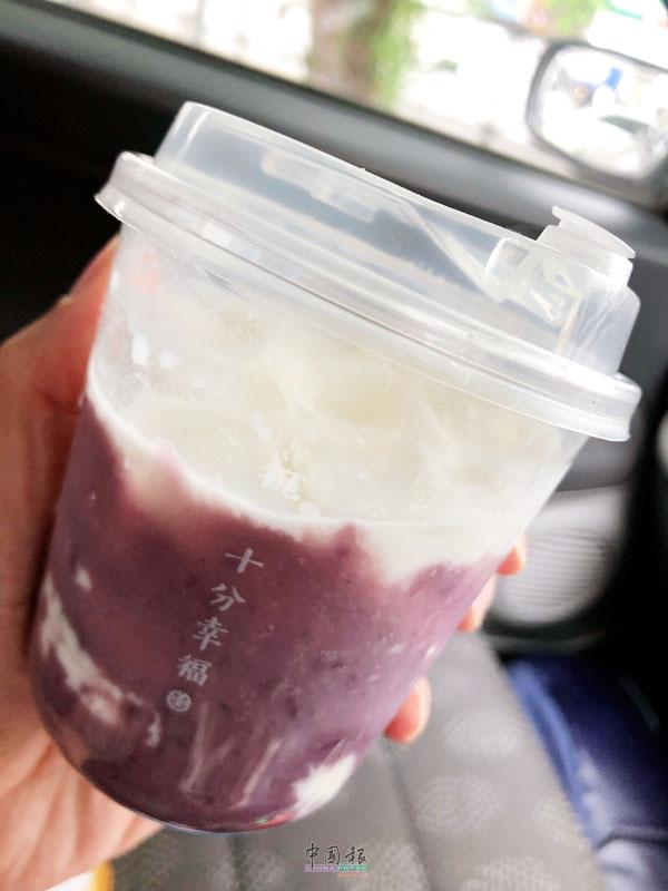 紫薯拿铁,薯香伴随着奶香恰到好处,喝起来十分顺口。