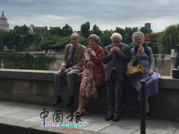 淑女绅士在纳塞河旁享受冰淇淋。
