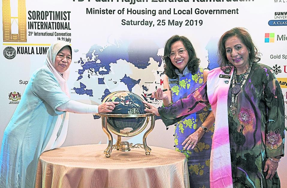 祖莱达(左起)、黄秀容和阿努莎宣布吉隆坡将承办第21届国际兰馨大会。