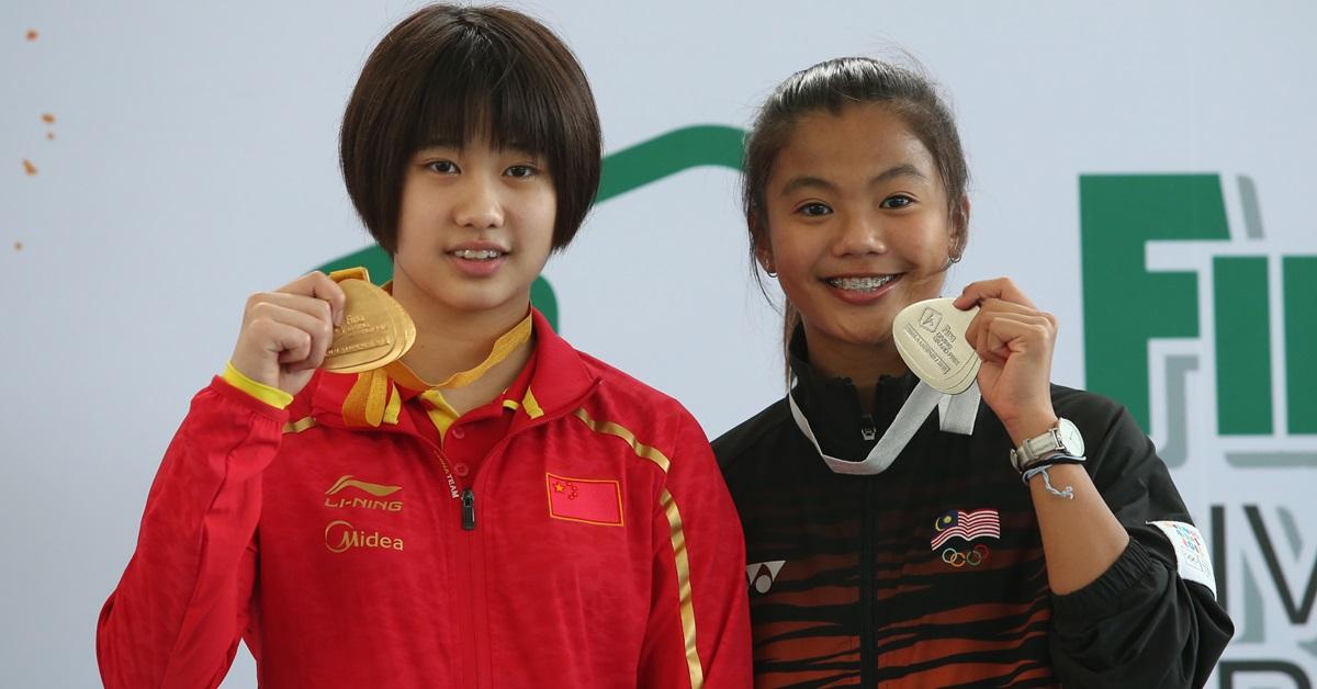 黄倩萍(右)之前领奖的档案照。(新华社)