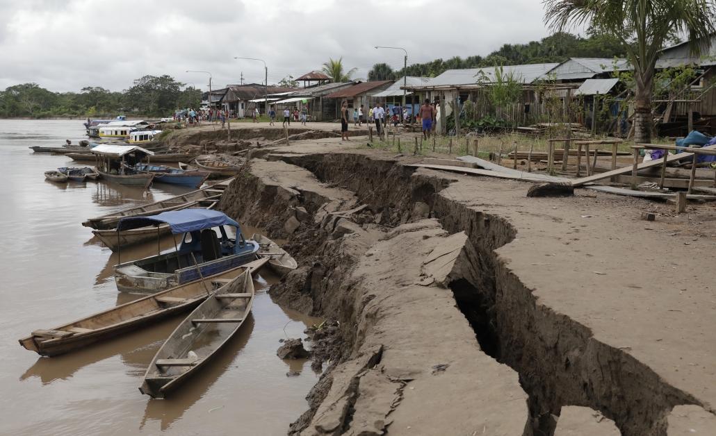 在秘鲁尤里马瓜斯的郊区,一处河床的土地在地震后出现大裂缝。(美联社)