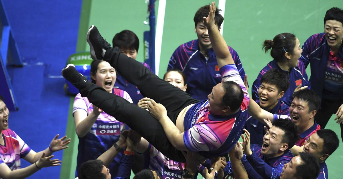 球员抛起体重过百公斤张军庆祝。(新华社)