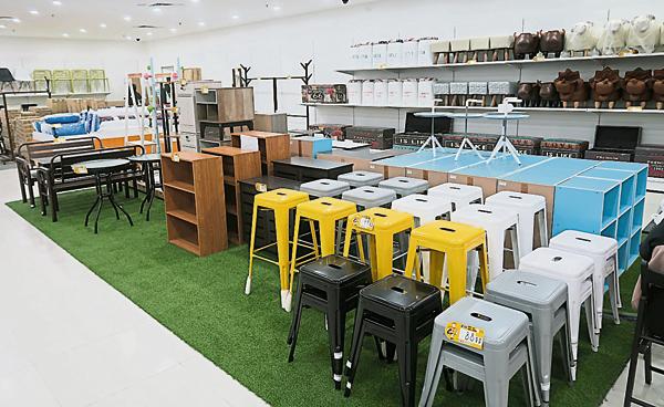 EASY HOME第五间位于阿曼中环广场分行,设有家具部,精选的家具产 品,可以让家里显得更有品味和格调。