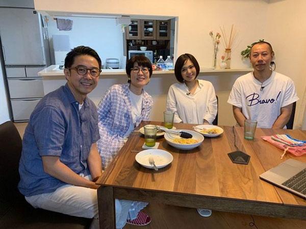 苍井空(右二起)夫妇在节目中接受谐星主持人矢作兼(左一起)、光浦靖子访问。
