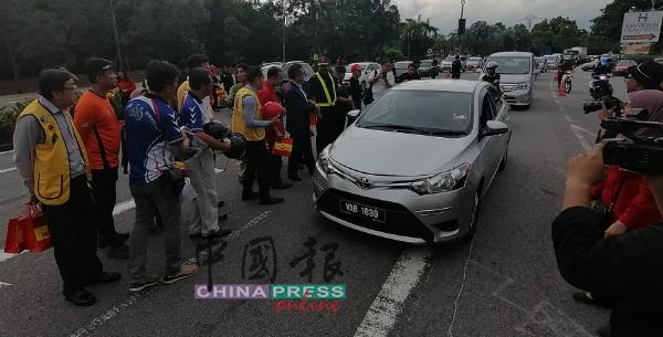 陆路交通局与联办单位分发杂锦粥给驾驶人士。