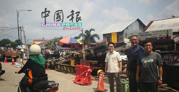 李春源(右)和林瑞赋(左)向商家陈文了解情况。