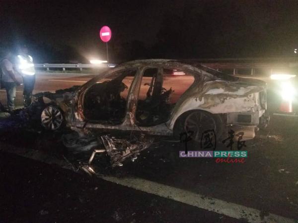 宝马豪华房车与摩哆发生碰撞后着火,被大火烧成废铁。