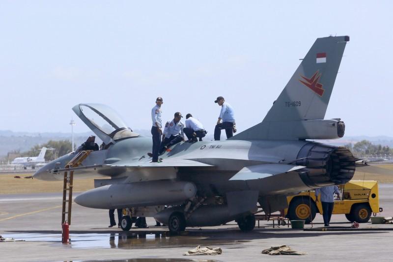 """印尼空军已经宣布,他们将在传统的斋月期间,出动F-16(图)和Su-57战机,""""叫醒""""民众起床吃""""封斋饭""""。"""