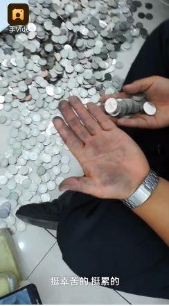 员工算硬币算到手发黑。