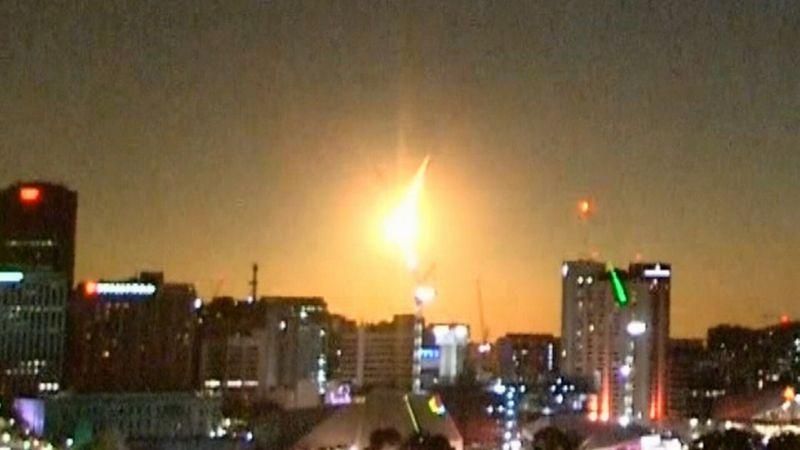 澳洲媒体捕所捕捉到巨大火球划过夜空的画面。