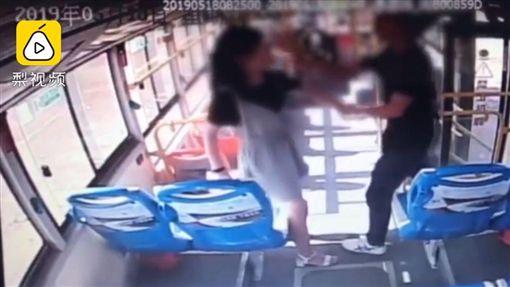 男子尾随女子上公交车,突抓手强摸胸。