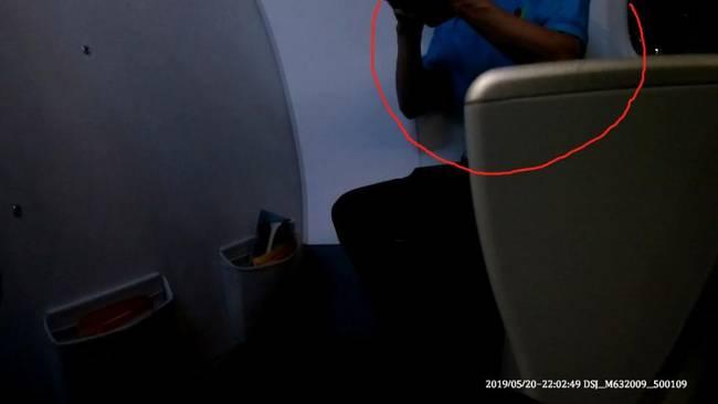该名男子年龄约50岁左右,登机时身上还带有血迹