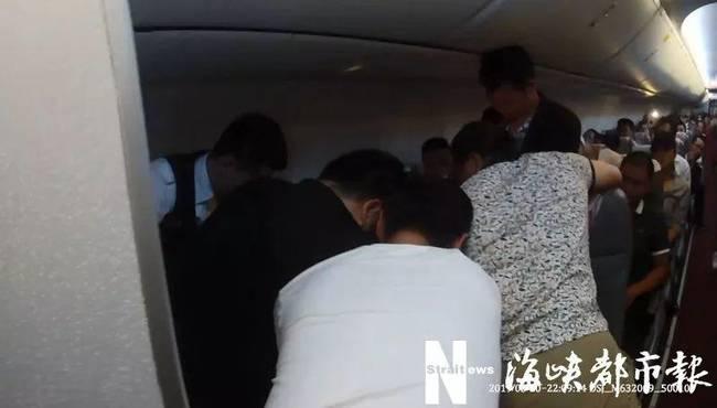 乘客和机组人员一起将其制服