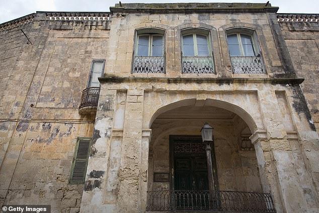 曼吉亚坎别墅外墙斑驳腐蚀,明显年久失修。