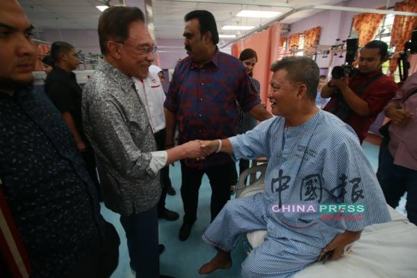 安华(左3)拜访波德申医院时,巧遇在医院进行检查的波德申芦骨义益联谊会主席黄进仕(右)。