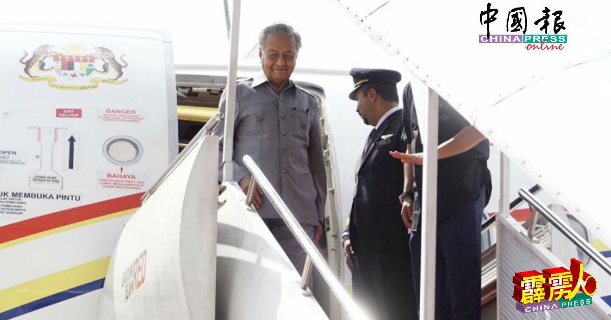 马哈迪面挂笑容步出飞机。