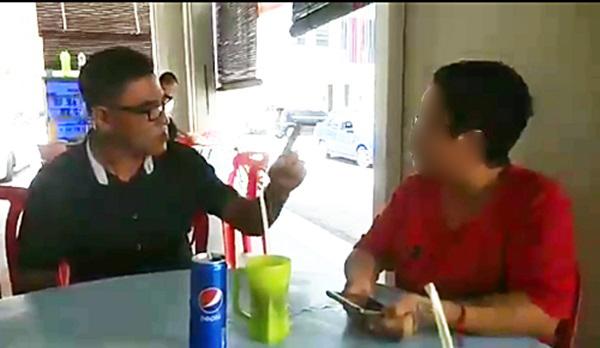 陈文伟的父亲(左)日前曾与妇女当面谈这起事件,唯妇女否认进行挖角员工。