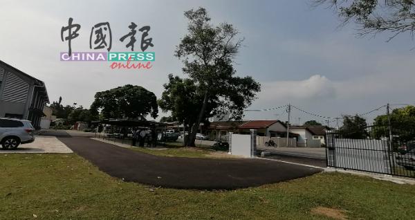 邱培栋拨款给甲市敦都亚国中,作为维修该校第2门篱笆围墙及铺路费用。