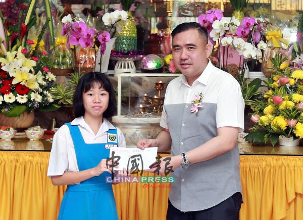陆兆福(右)颁发奖助学金予学生。