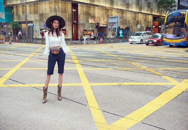 倪晨曦在马路中心拍照,被网民狂骂。
