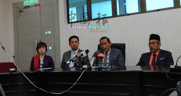阿米努丁(右2)宣布州政府已设立特别委员会, 处理河流污染及养猪活动课题,右起为巴克里、张聒翔、陈丽群。