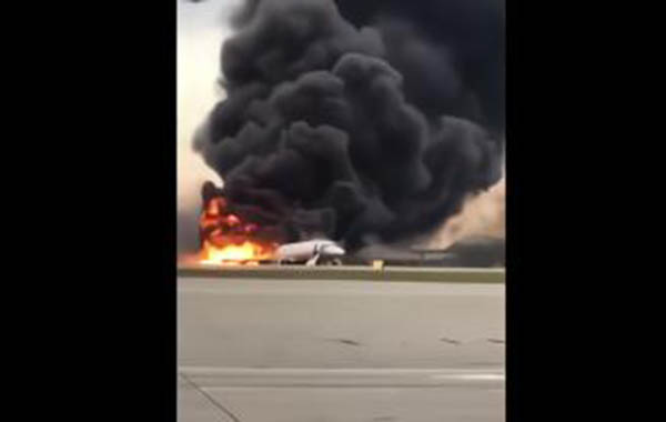 飞机起火,场面骇人。(NBC图片)