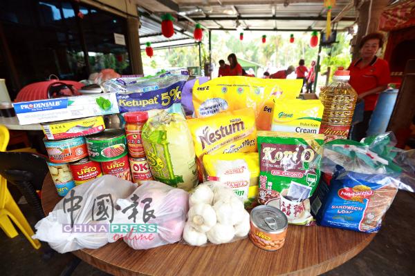 食物银行的每箱物资含有至少21种日用品或食粮。
