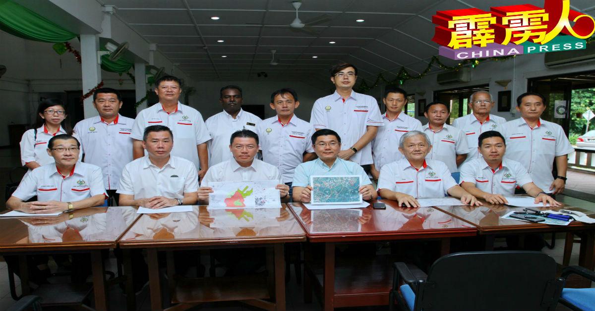 倪可敏(坐者左3)与太平团队召开记者会,针对双吉辩论取消发表谈话,坐者右3为太平国会议员郑国霖。