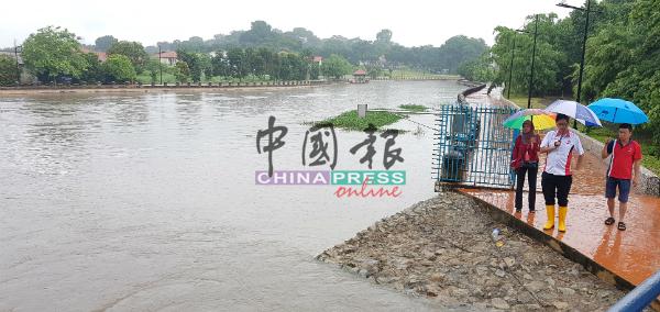 谢守钦(中)到峇株韩巴水闸查看水位,左为卡蒂妮及选区助理洪清顺。