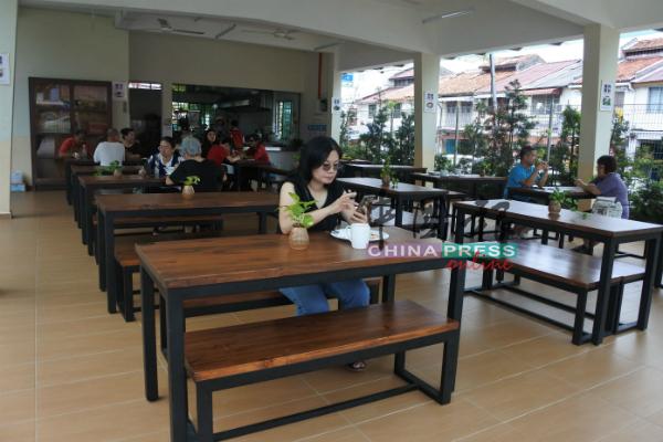 831校园食堂设计简单,环境清雅舒适。