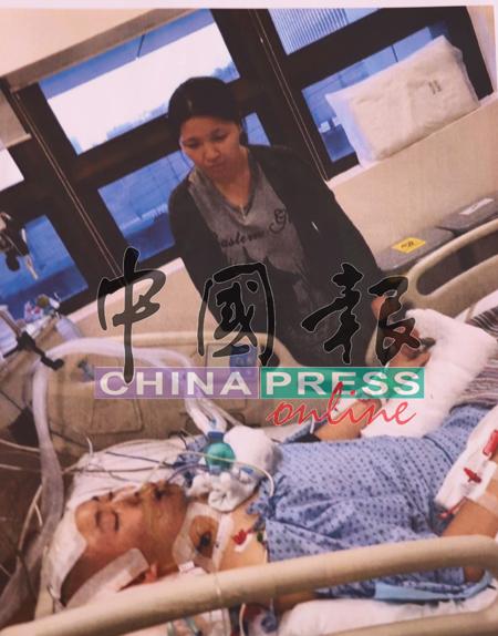 刘宗恒的母亲放下手中工作,在新加坡照顾儿子。