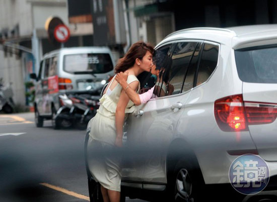 车内的阿翔伸手一把揽住谢忻激吻。