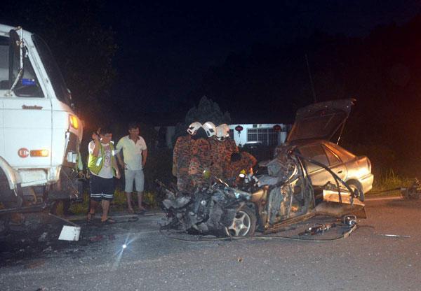 19岁少年陈俊民独驾轿车外出,在芭尾路发生车祸,当场毙命,左2为死者父亲。